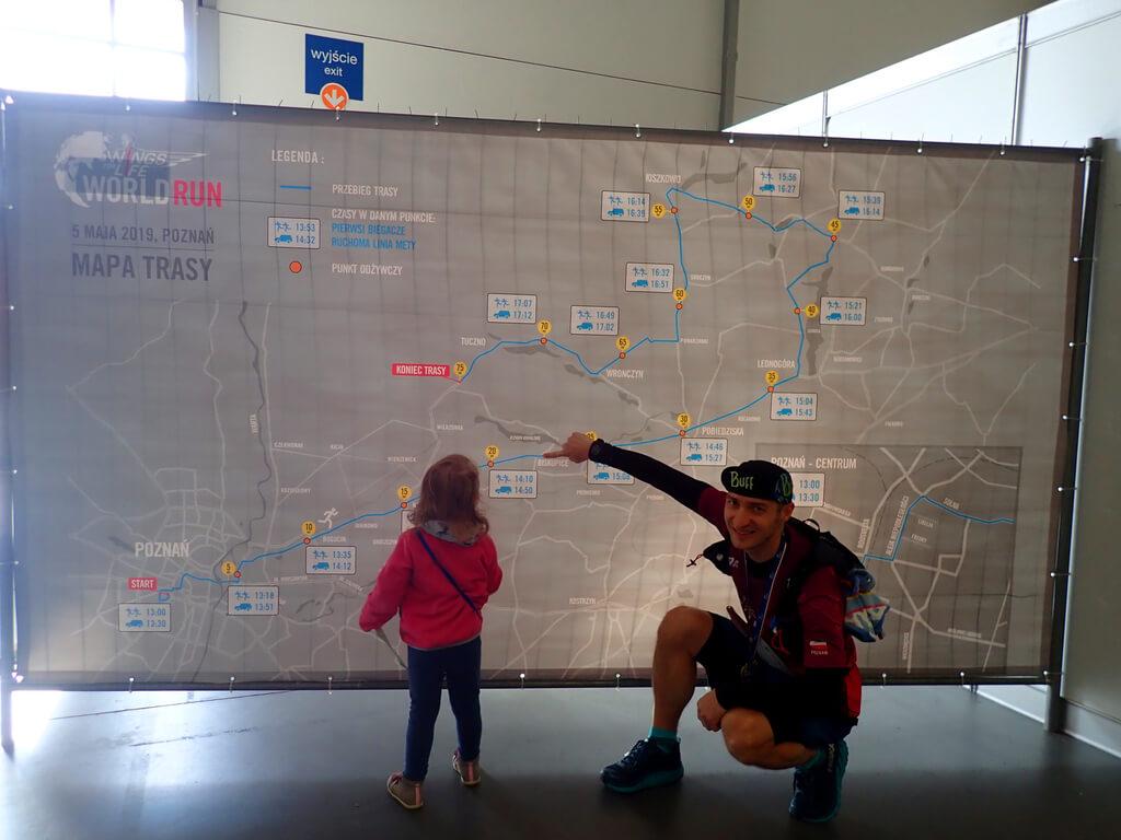 Po zawodach pokazałem Mai na mapie gdzie tata dobiegł